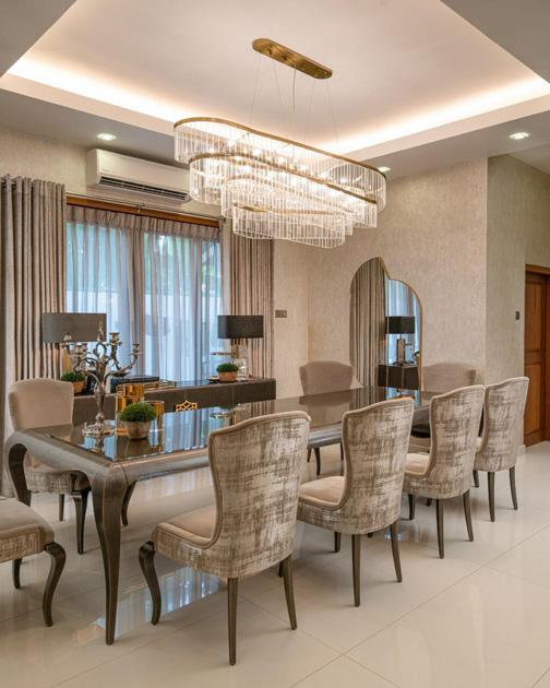 Descrição da Imagem: Espelho decorativo vertical em sala de jantar, simétrico de formas geométricas.