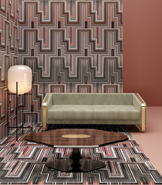 Descrição da Imagem: Mesa de centro clássica Blume com sofá verde de estrutura metálica e papel de parede geométrico.