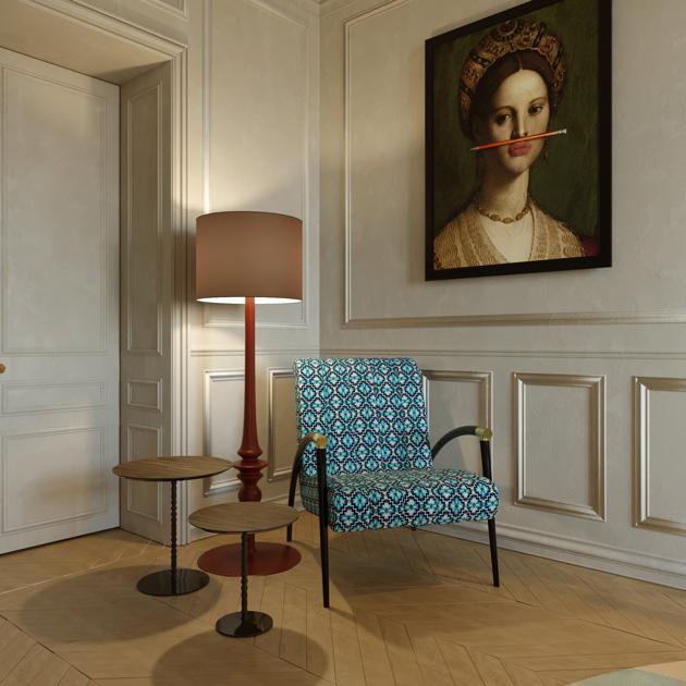 Descrição da imagem: Zona de sentar de um hall, com cadeirão, mesas de apoio e candeeiro de pé.
