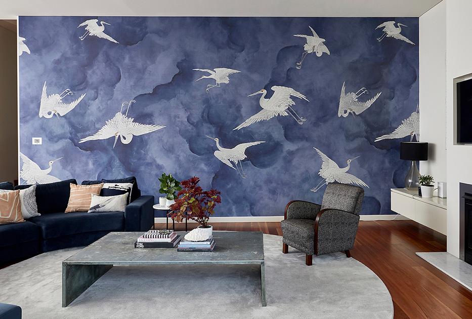 Descrição da imagem: sala de estar por Mi Designer Styling com papel de parede Flight de Phillip Jeffries