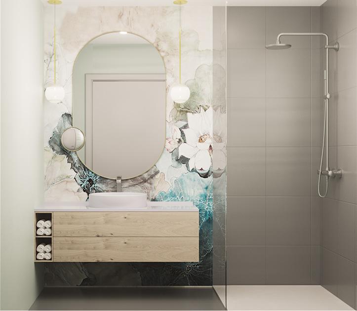 Descrição da imagem: quarto de banho com parede revestida a papel de parede vinílico de padrão floral